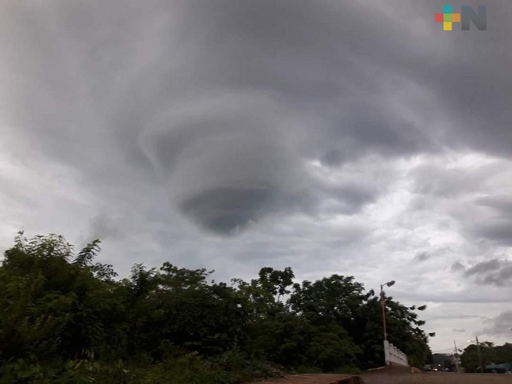 Remolino formado en el cielo sorprende a los habitantes de Tatahuicapan