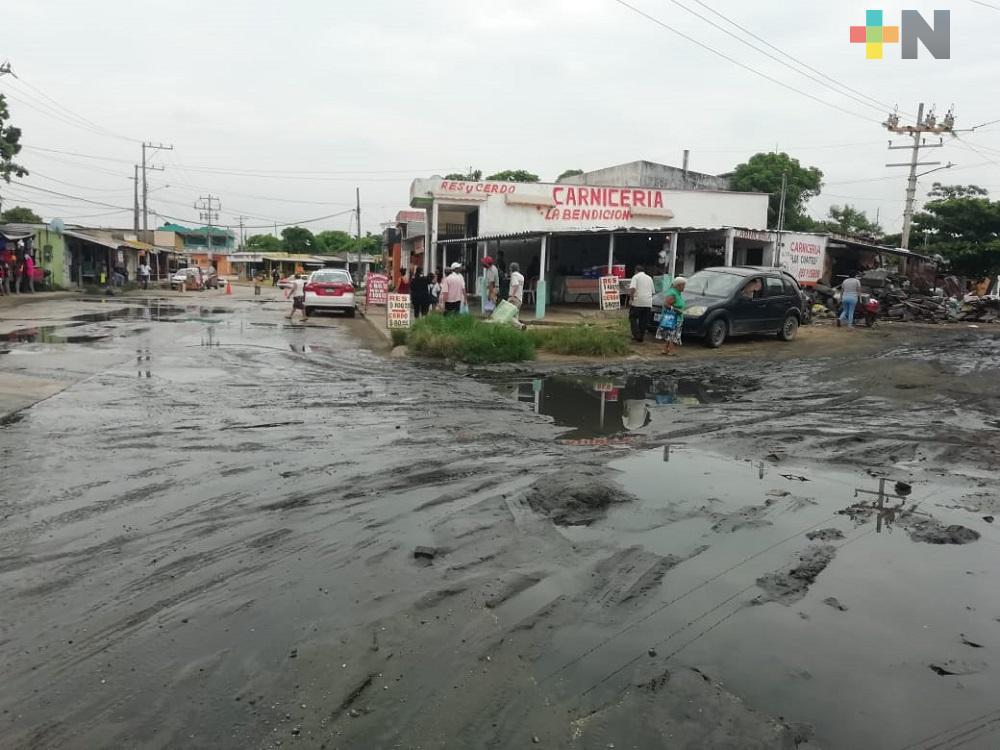 Colonos de Coatzacoalcos denuncian fuga de aguas negras; piden a autoridades resuelvan el problema