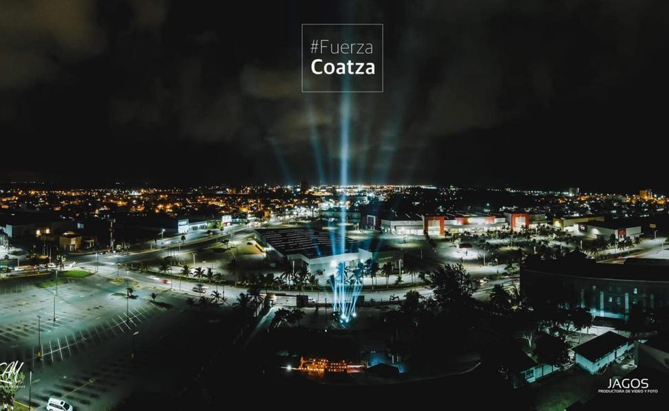 Como símbolo de esperanza, estela de luz iluminó a Coatzacoalcos