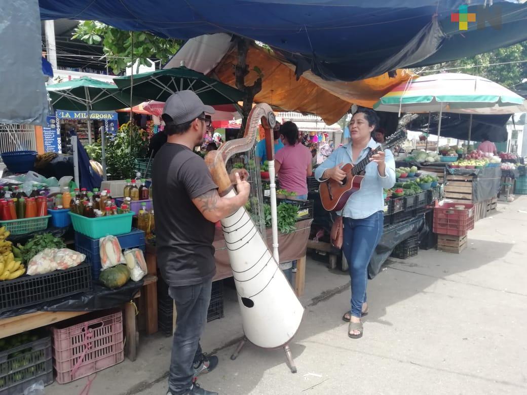 Al quedarse sin lugar de trabajo, Jair y Karla cantan en las calles de Cosoleacaque