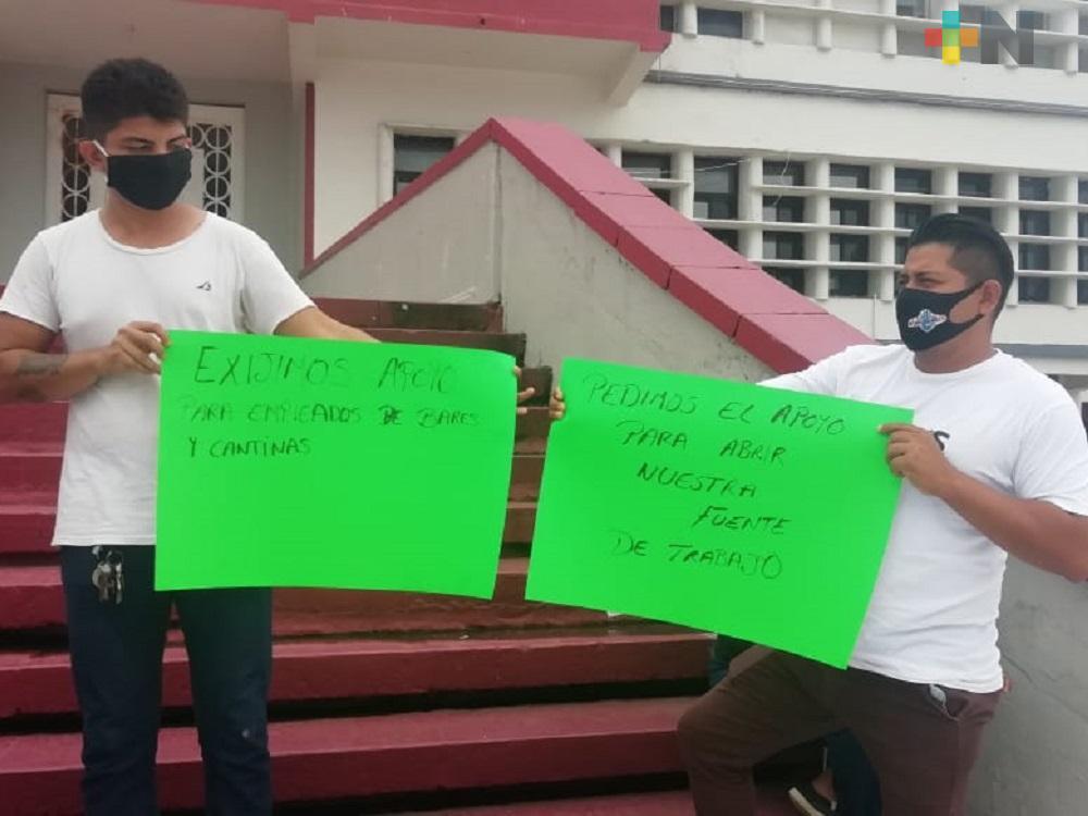 Propietarios de bares y cantinas de Coatzacoalcos se manifiestan; piden los dejen trabajar