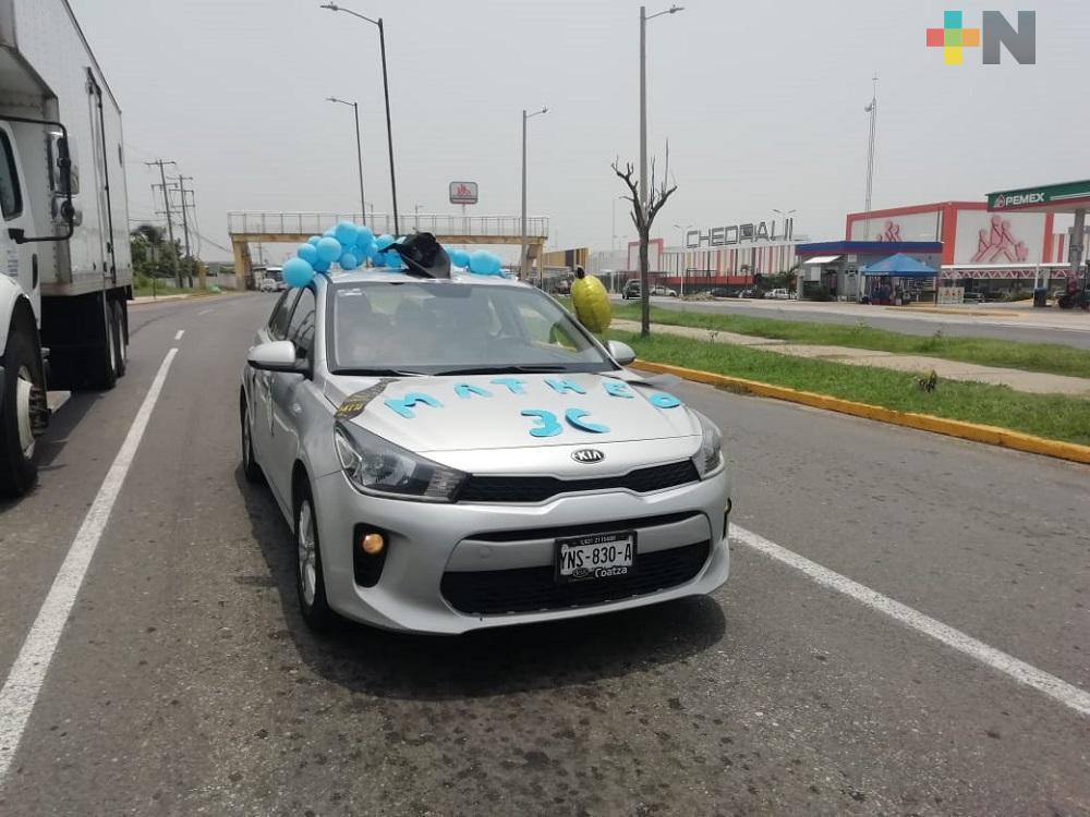 Recorriendo calles de Coatzacoalcos, madre festeja graduación de su hijo