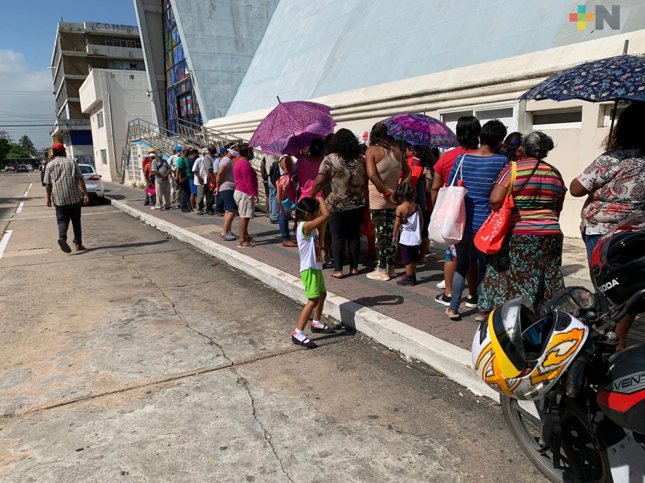 Decenas de personas se aglomeraron para recibir una despensa de Cáritas Diocesanas en Coatzacoalcos