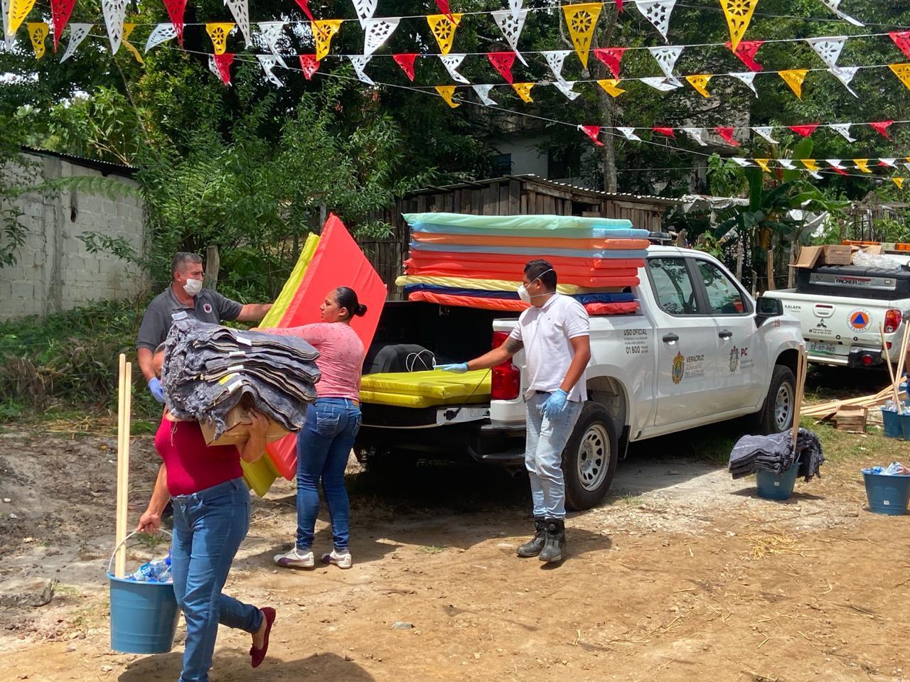 Entregan apoyos del Fonden a familias afectadas por las lluvias