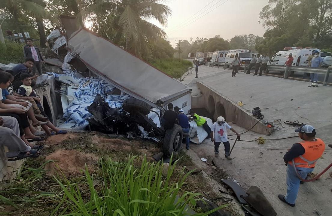 Tráiler cargado con sal volcó en la carretera Coatzacoalcos-Villahermosa