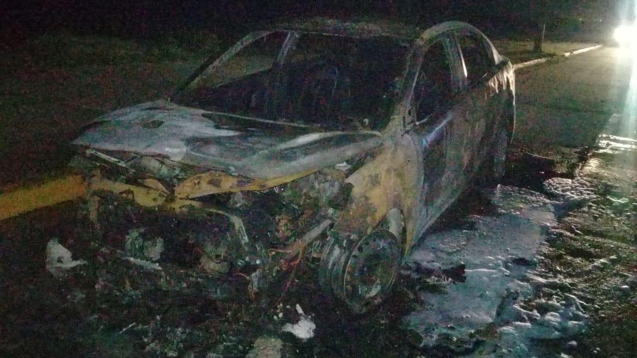 Fuego consumió vehículo en el malecón de Coatzacoalcos