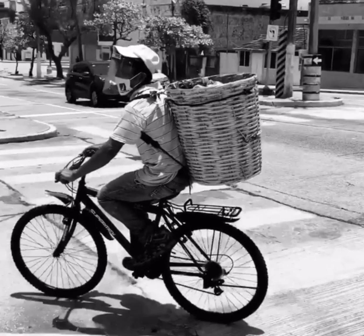 Organizaciones altruistas donan bicicleta a vendedor de bolillos en Coatzacoalcos; se la habían robado