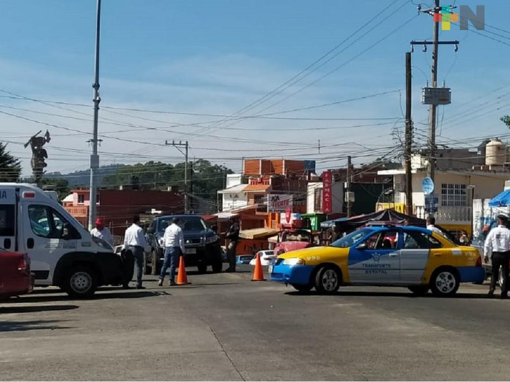 Cierran paso vehicular en calles de Banderilla para evitar contagios de COVID-19