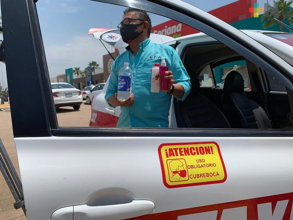Con calcomanía, taxista de Coatzacoalcos exhorta ciudadanos a usar cubrebocas
