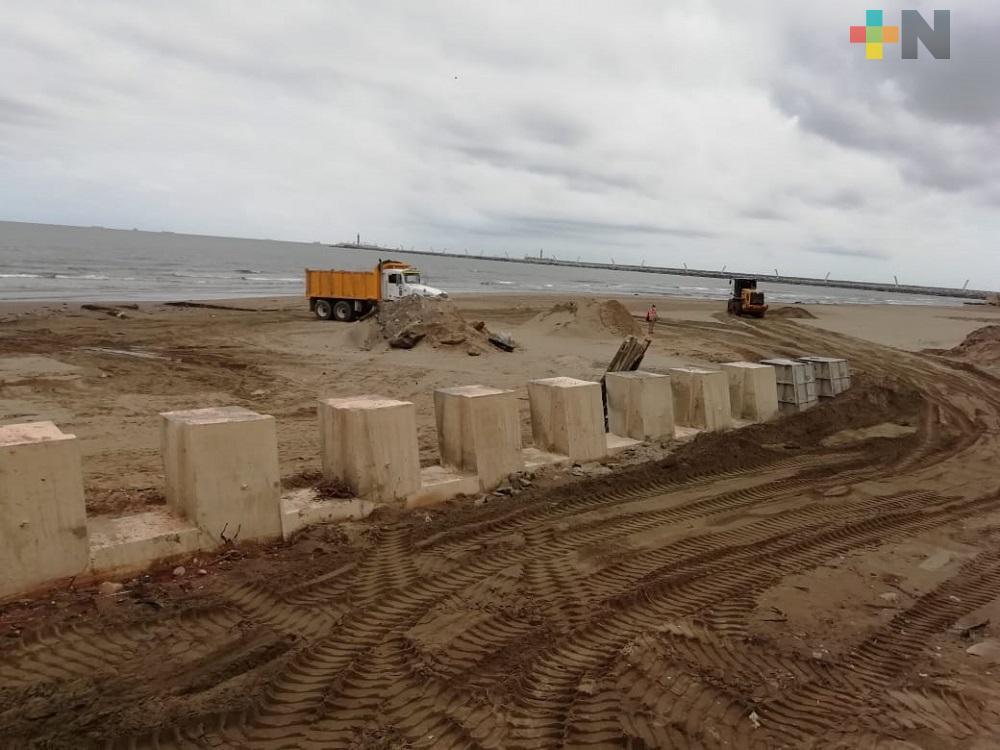 Para evitar erosión de arena en vialidad construyen terrazas en malecón de Coatzacoalcos