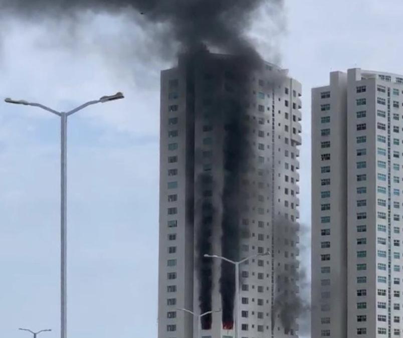 Se suscita espectacular incendio en Torre JV de Boca del Río