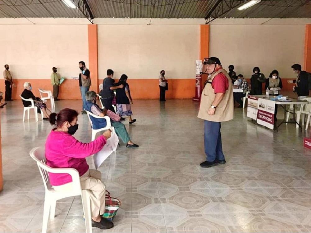 Delegado Manuel Huerta supervisa entrega de pensiones a adultos mayores y con discapacidad