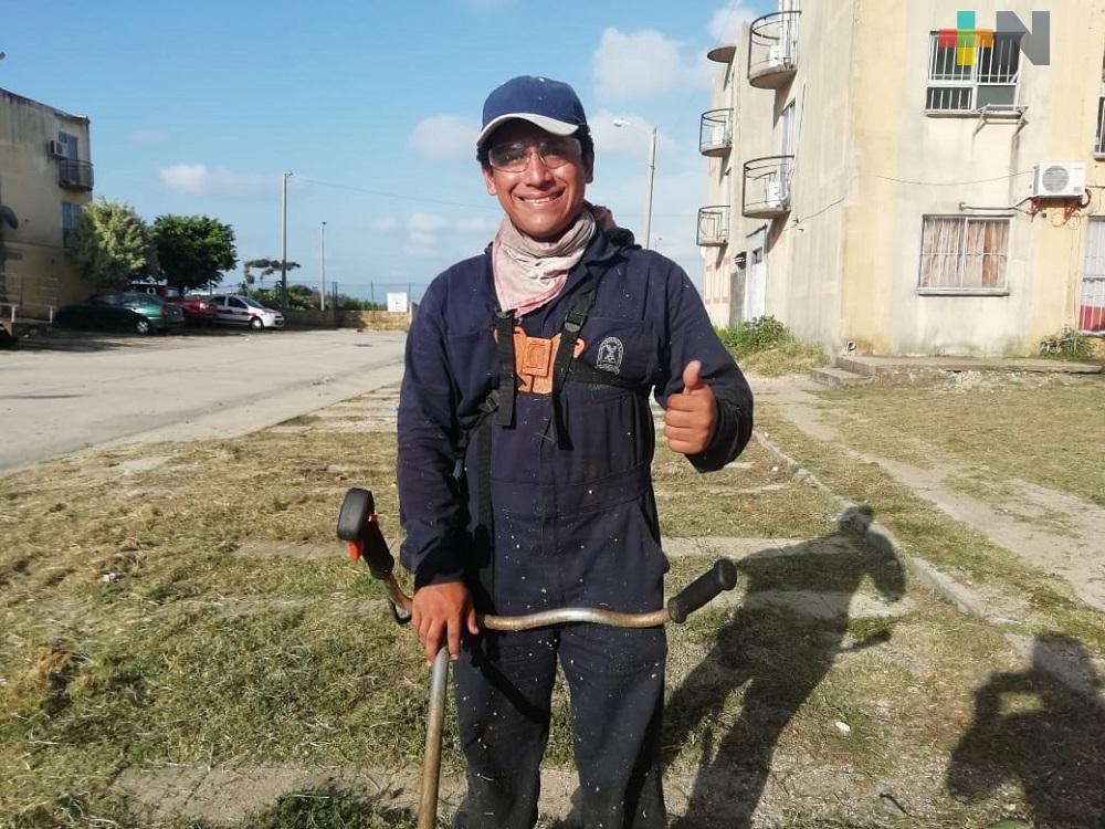 Por falta de clases y pandemia, estudiante gana dinero podando y limpiando terrenos para ayudar a su familia