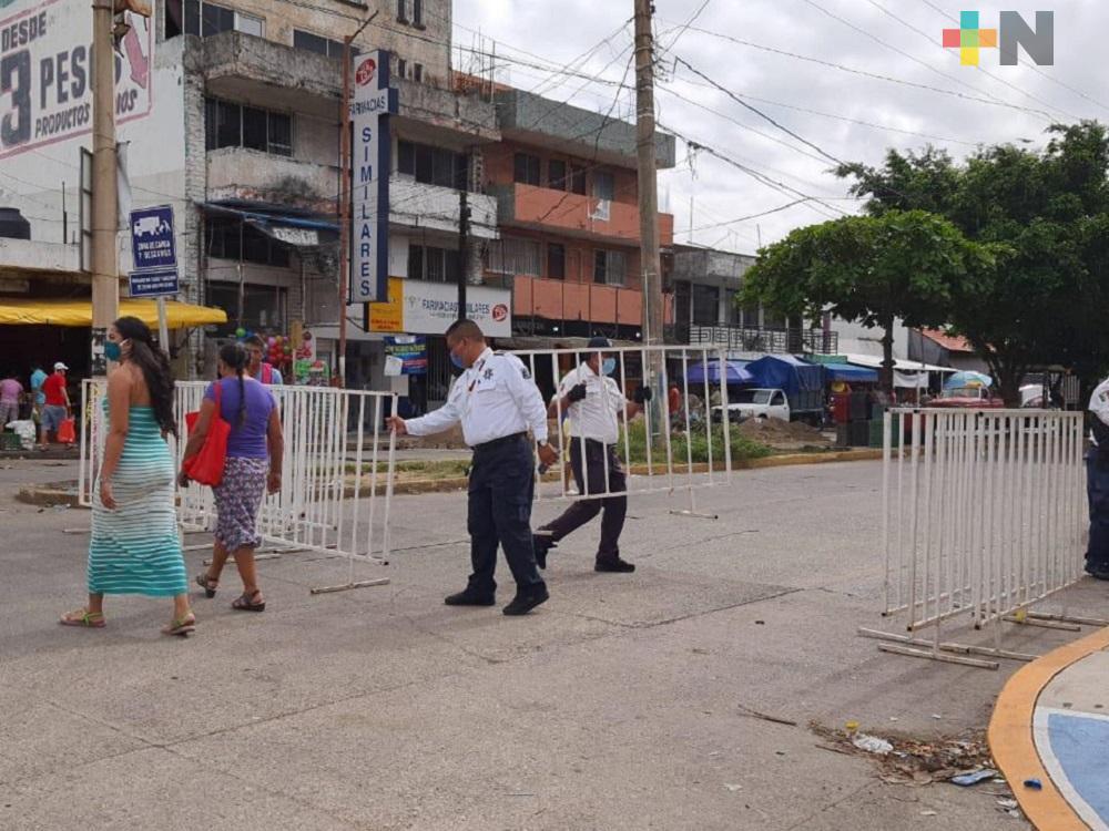 Continuarán vallas en alrededores de Mercado Coatzacoalcos, para limitar acceso a personas