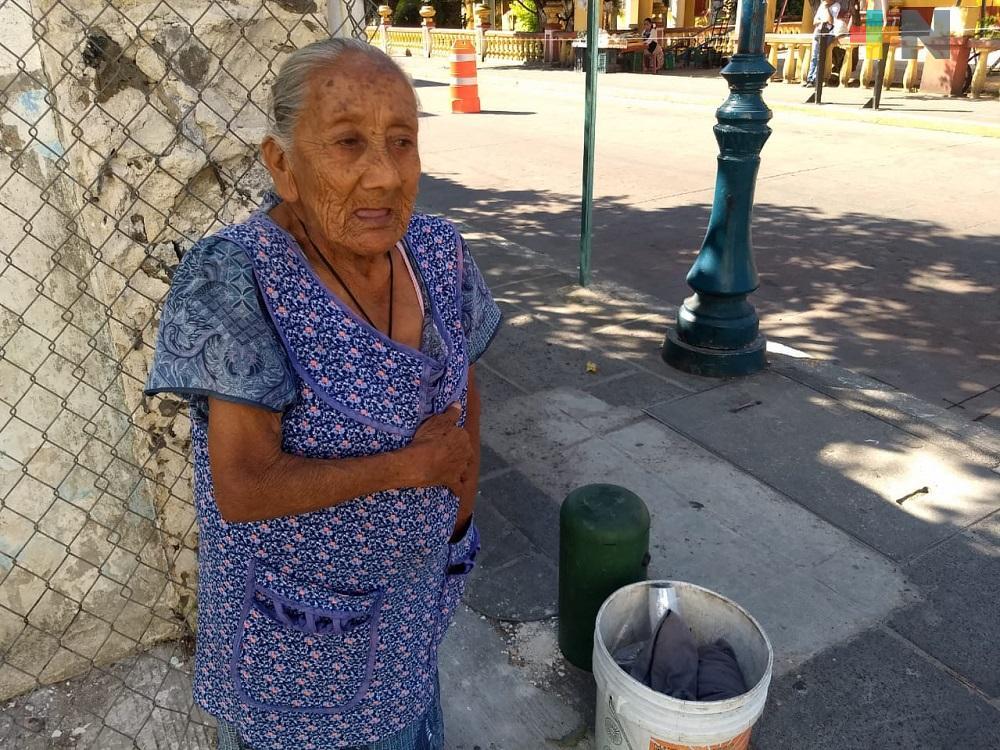 Rosita, mujer de 84 años, vende verduras en calles para ganar unos pesos