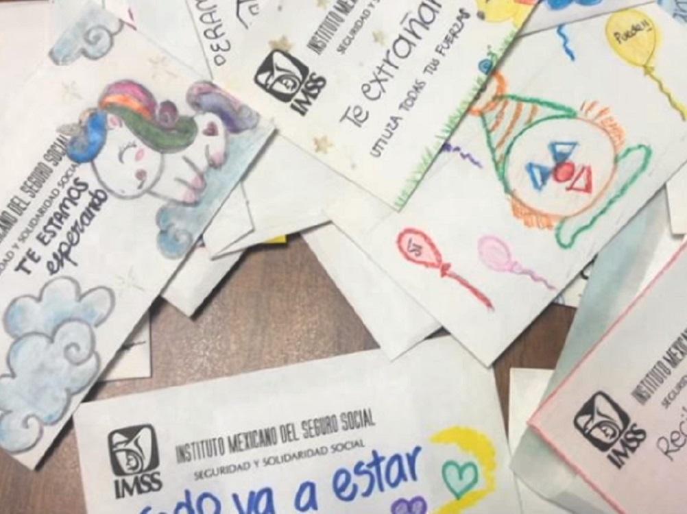 Trabajadores del IMSS elaboran cartas y sobres para dar aliento a pacientes hospitalizados