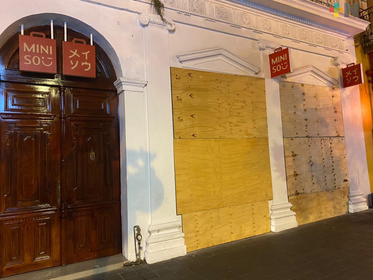 Comercios del centro de Xalapa se blindan ante protesta no pacífica