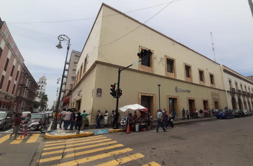 Largas filas en bancos de la ciudad de Veracruz