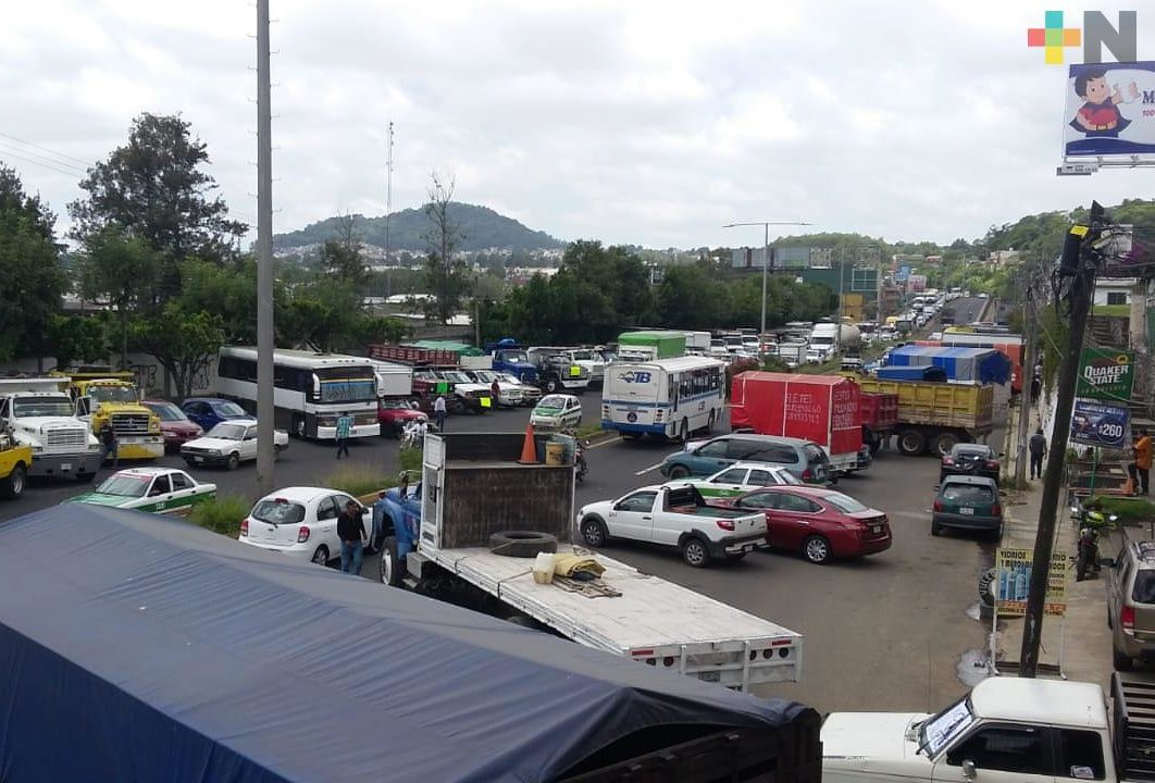 AMOTAC bloquea bulevar Xalapa-Banderilla, pide mayor seguridad en carretera Veracruz-Puebla
