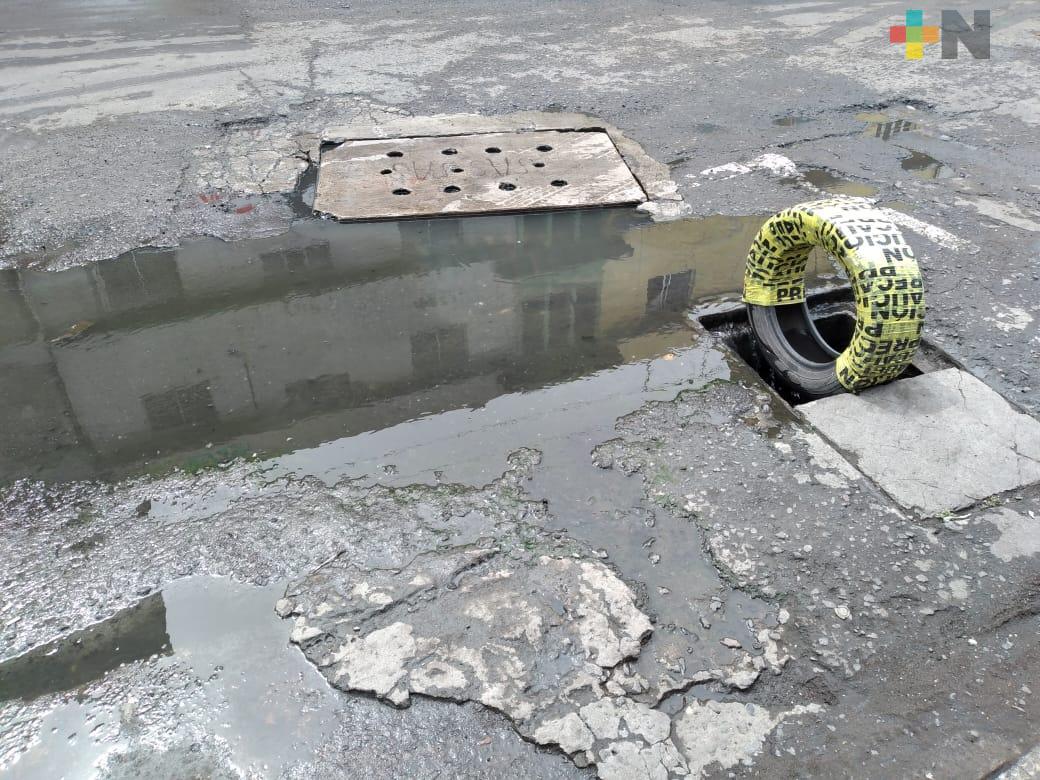 Denuncian incremento de fugas de aguas negras y baches en la ciudad de Veracruz