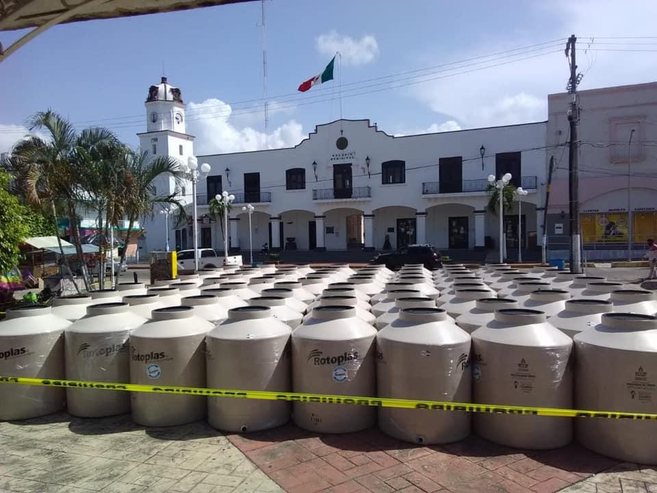 En Catemaco, el alcalde entrega tanques de agua y oxigeno a población vulnerable