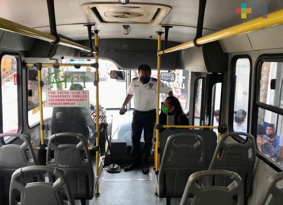 Transporte público en Veracruz desinfecta unidades y promueve el uso de cubrebocas