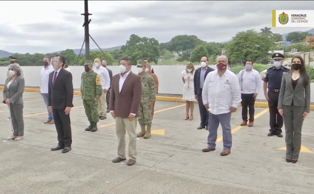 Gobernador de Veracruz y gabinete realizan minuto de silencio en honor a víctimas de COVID-19