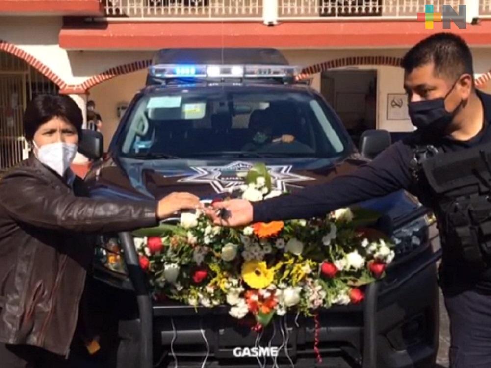 Ayuntamiento de Rafael Delgado entrega patrulla a policía municipal
