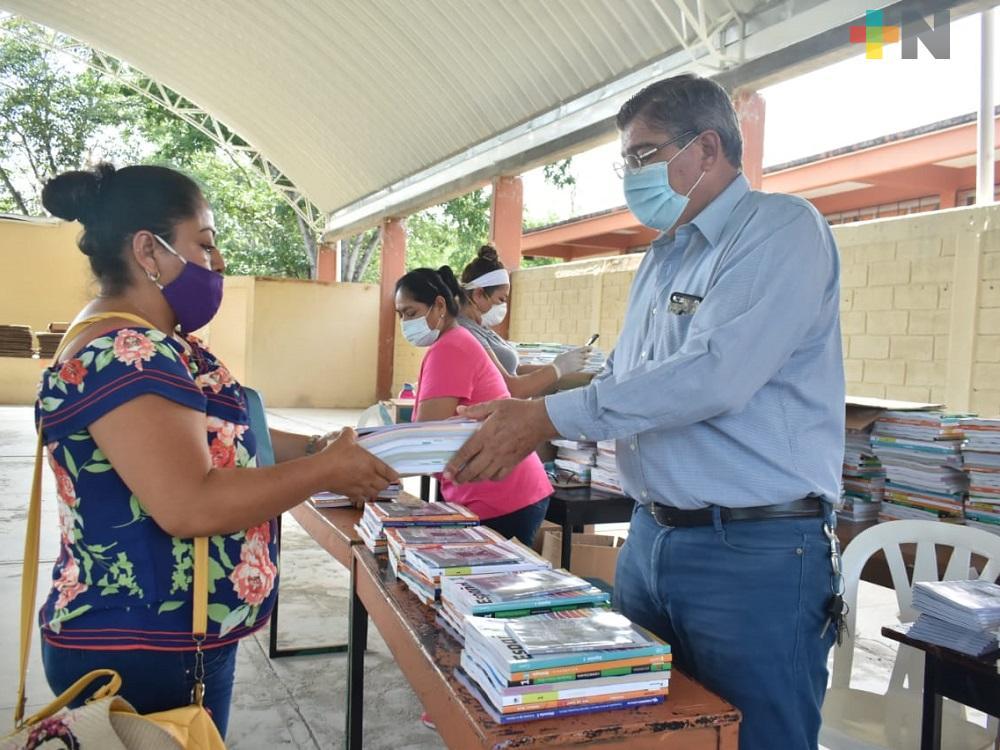 Bajo protocolos sanitarios en Tantoyuca, padres acuden a escuelas para recibir material didáctico