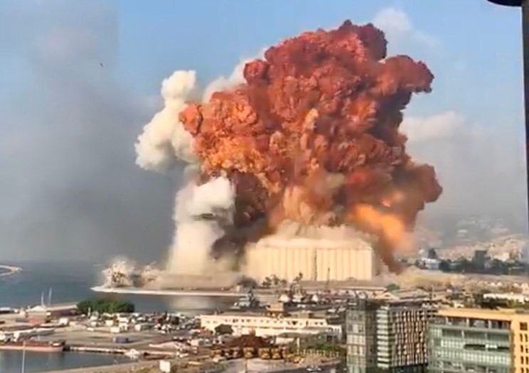 Impresionante explosión sacudió al puerto de Beirut, Líbano