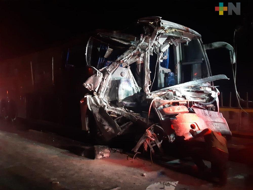 Choque entre tráiler y autobús de turismo deja siete personas lesionadas y varias con crisis nerviosa