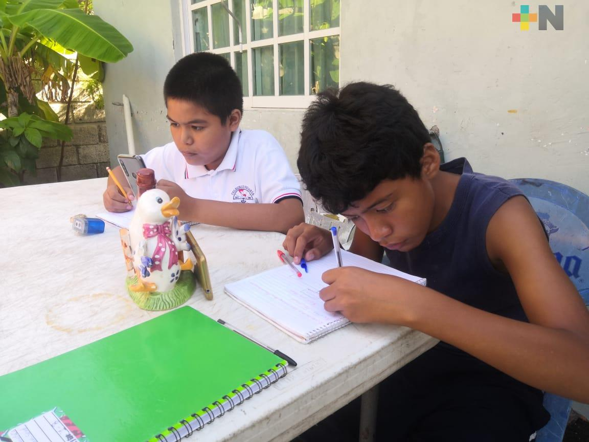 Siguen estudiantes adaptándose a tomar clases desde casa