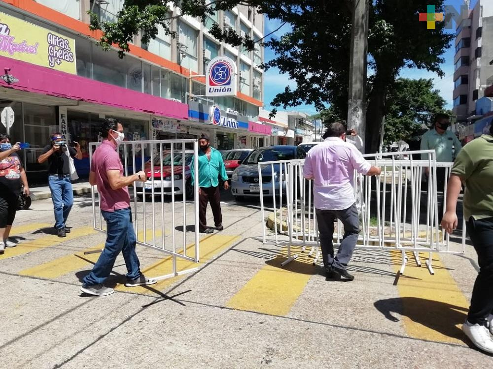 Comerciantes de Coatzacoalcos quitan vallas del centro