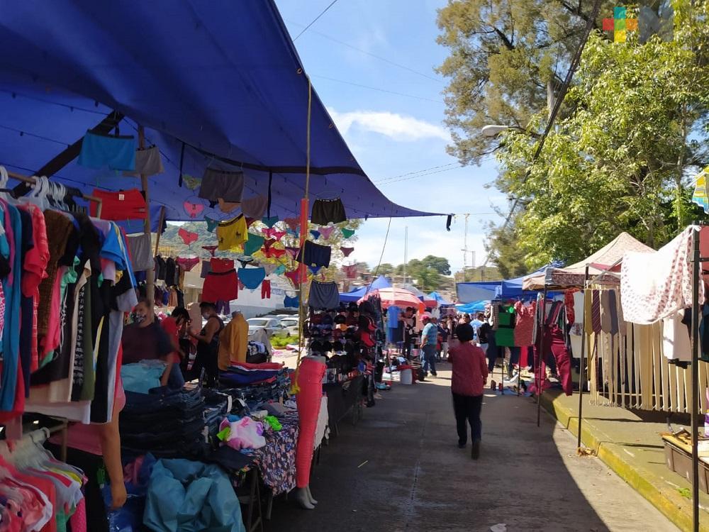 Con medidas higiénicas adecuadas, tianguistas se instalan en calles de Xalapa