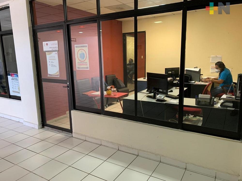 Con solo tres empleados por departamento, Ayuntamiento de Coatzacoalcos reanuda actividades