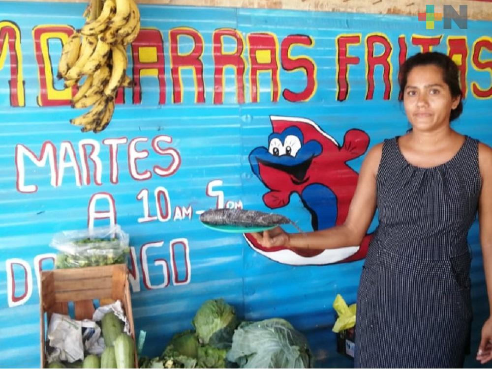 En Coatzacoalcos, comerciante regala mojarras fritas a familias de escasos recursos