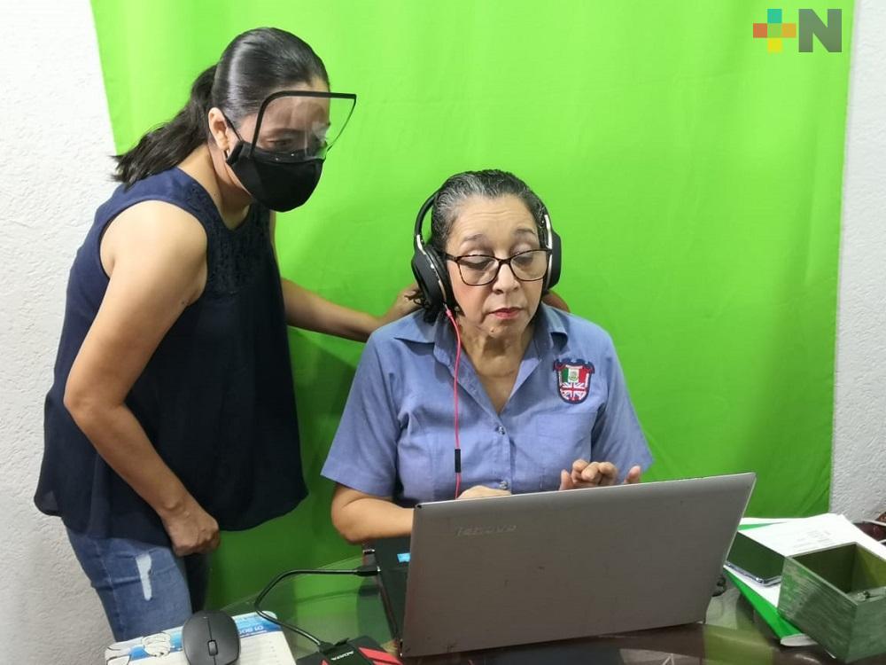 En Coatzacoalcos, maestra enfrenta nuevo reto ante inicio de clases virtuales