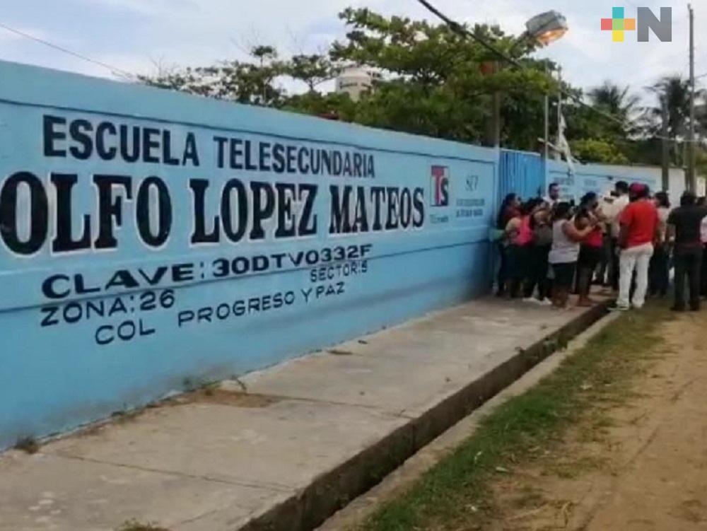 En Coatzacoalcos, padres se muestran inconformes por condicionar cuota de inscripción