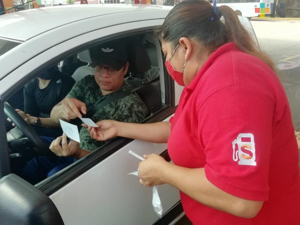 En Coatzacoalcos, trabajadores del sector salud aprovechan donación de combustible