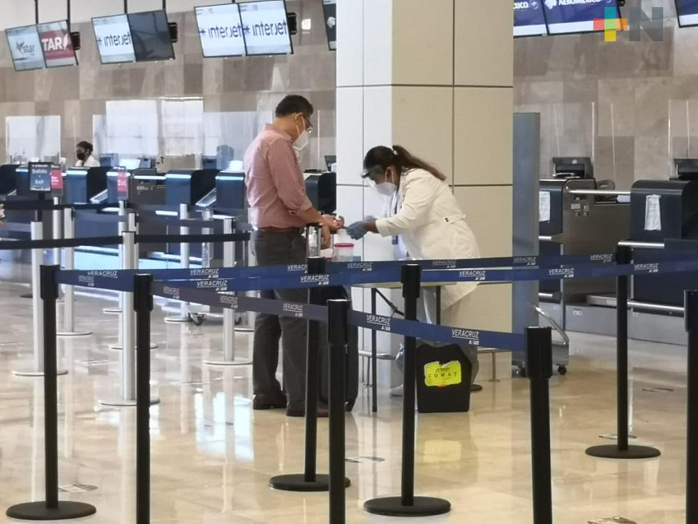 En aeropuerto de Veracruz aerolínea aplica pruebas rápidas de COVID-19 a sus pasajeros