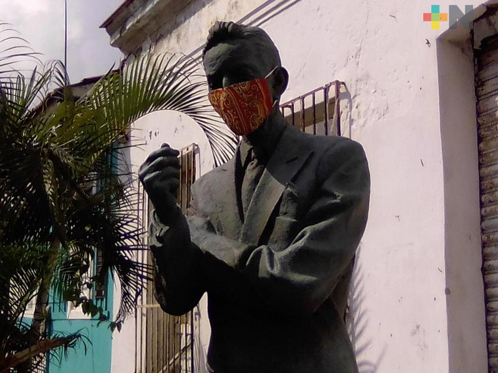 Estatua de Agustín Lara con cubrebocas motiva a personas a protegerse de coronavirus