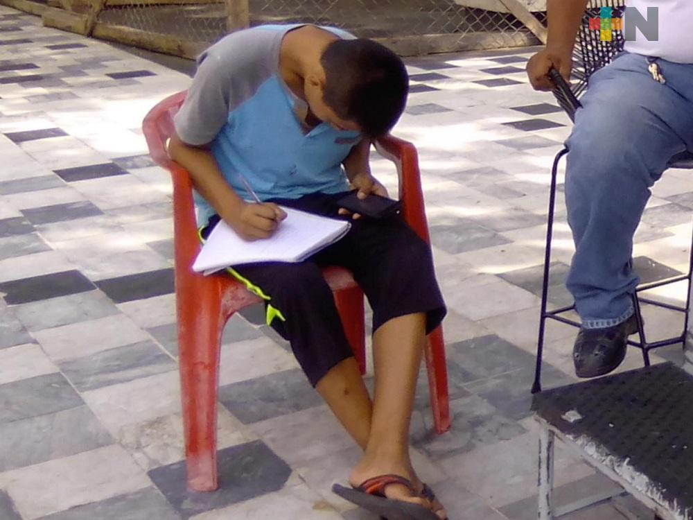 Estudiante de escasos recursos utiliza internet de ayuntamiento de Veracruz para tomar clases