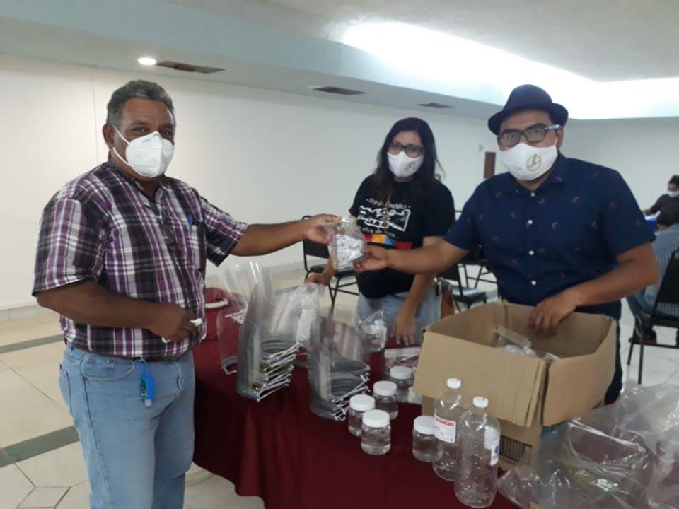 La APEC entrega kits de protección a hijos de periodistas
