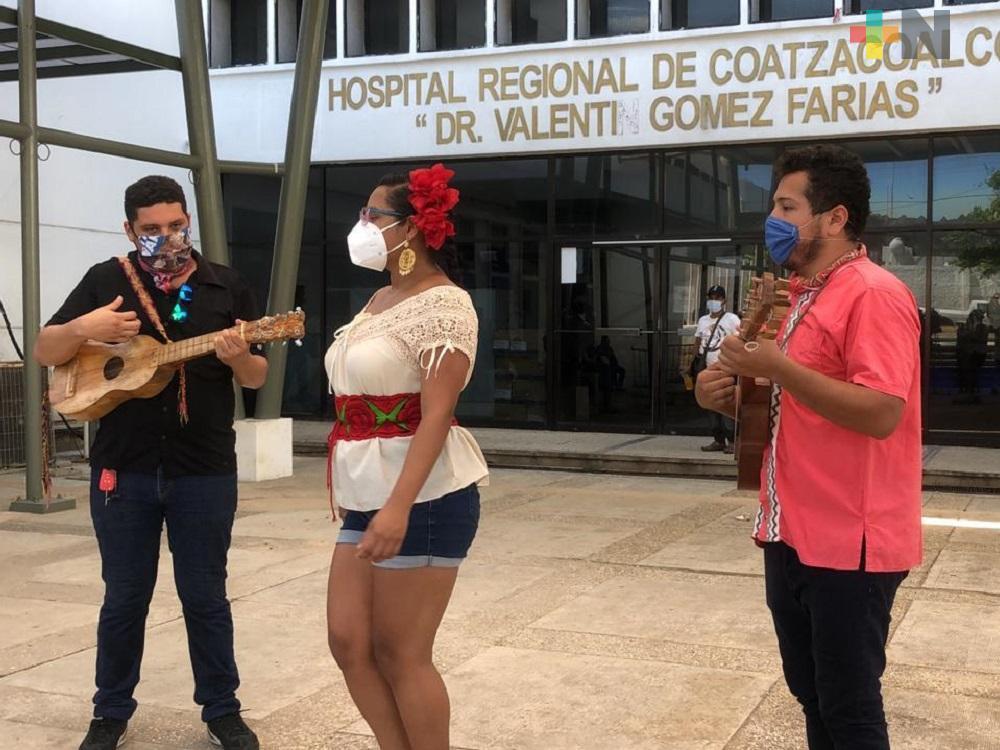 Grupo lleva su música a las afueras del Hospital Regional de Coatzacoalcos