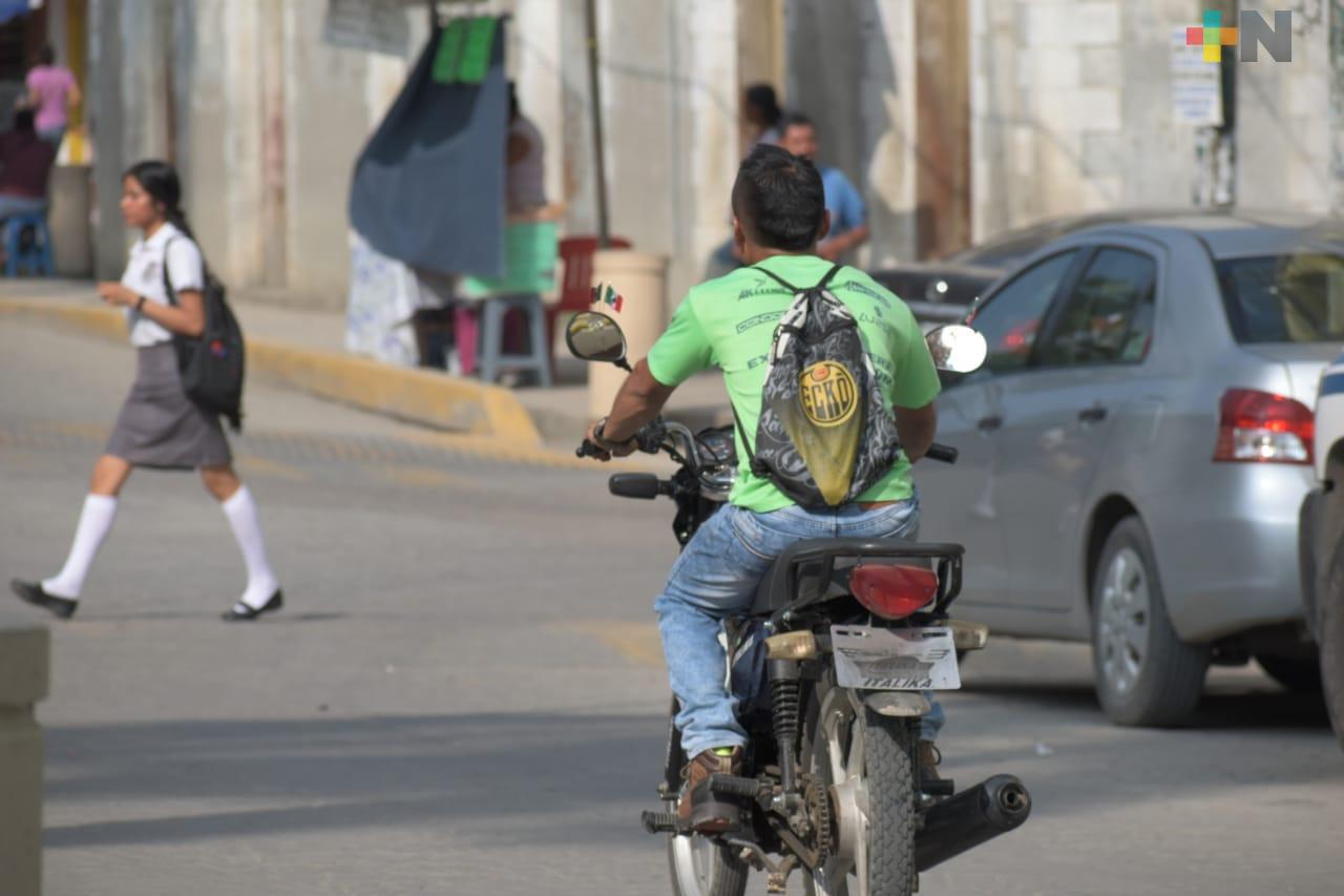 Advierten multas a motociclistas que no usen casco, en Tantoyuca