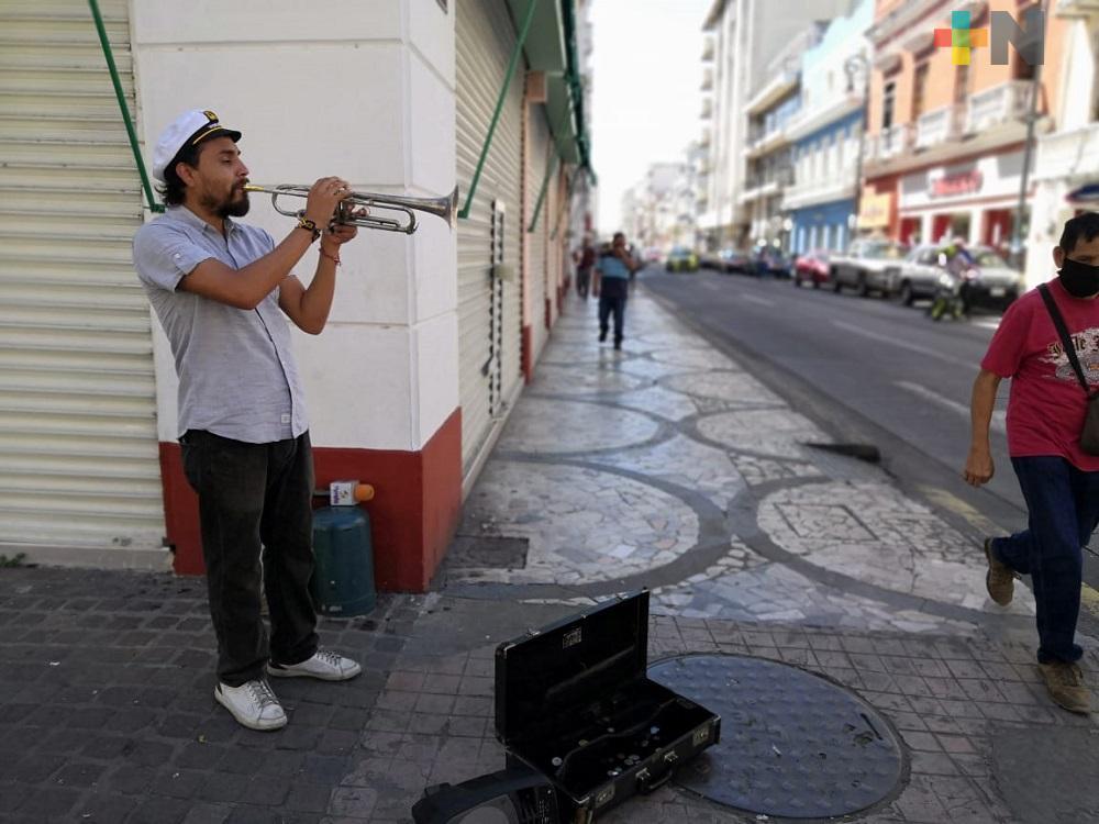 Músico toca su trompeta para subsistir durante la pandemia