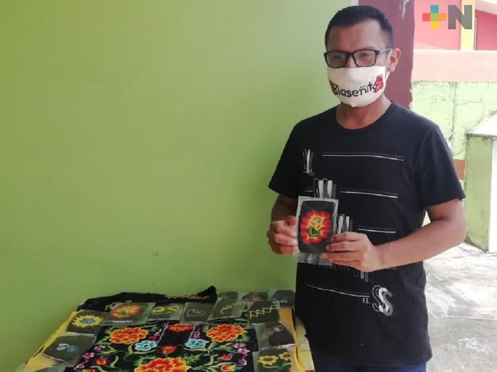 Maestro de danza teje cubrebocas artesanales, los intercambia por productos de la canasta básica