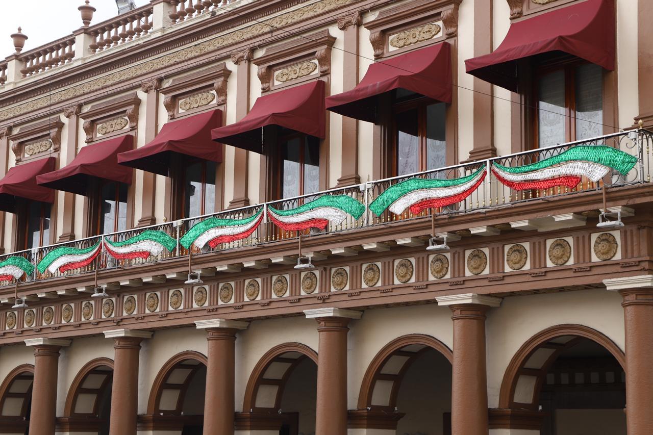 Inició en Xalapa la ornamentación patria con motivo del 210 aniversario de la Independencia de México