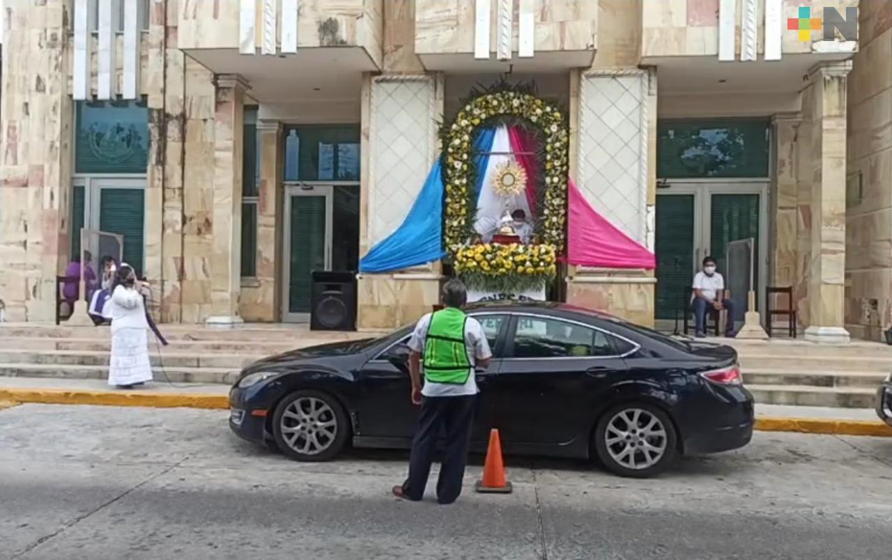 Feligreses asisten a parroquia de Coatzacoalcos en vehículos para exponer sus necesidades