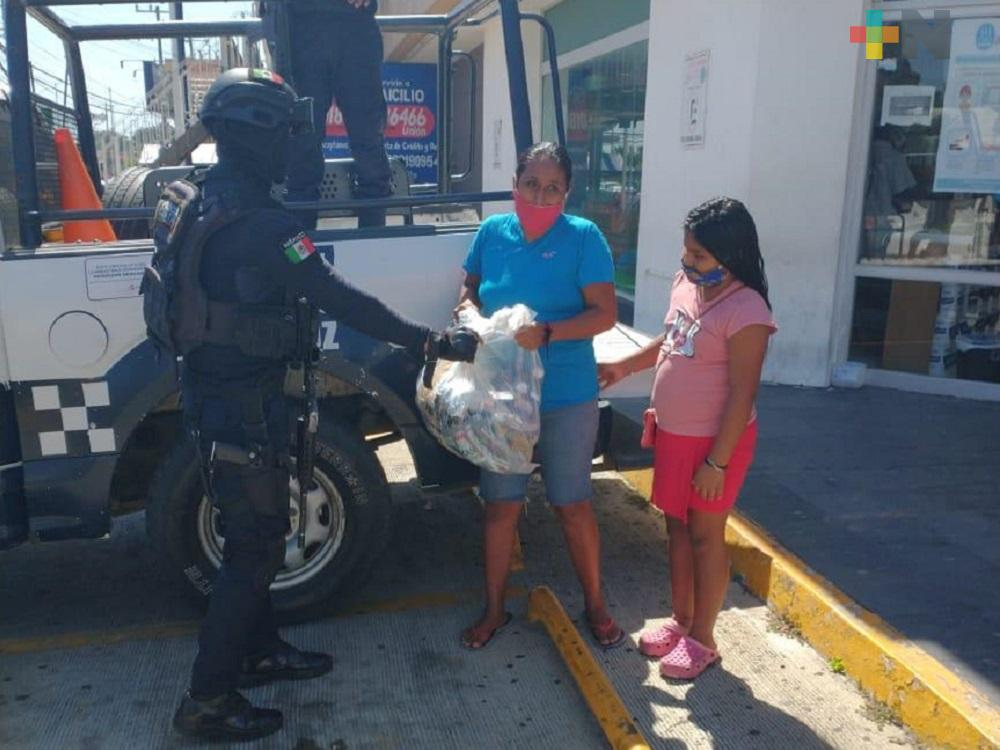 Policía Estatal entrega despensas a familias de escasos recursos en  municipio de Minatitlán